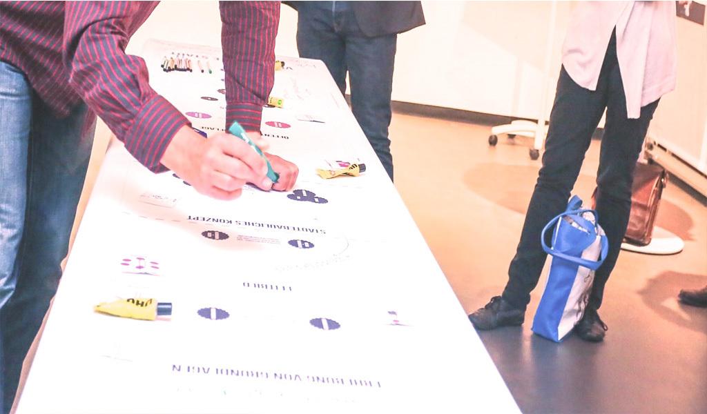 Mann zeichnet einen Plan auf ein Papier