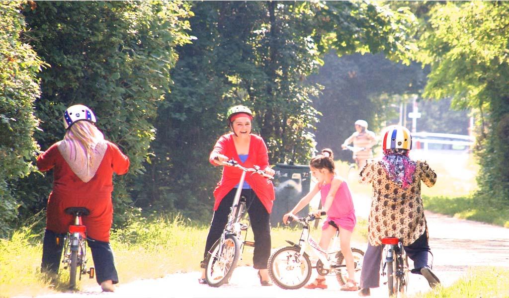 Spielende Kinder im freien mit Fahrrädern