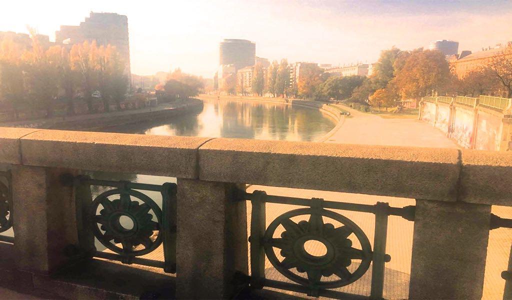 Brückengeländer mit sich auf einem Fluss